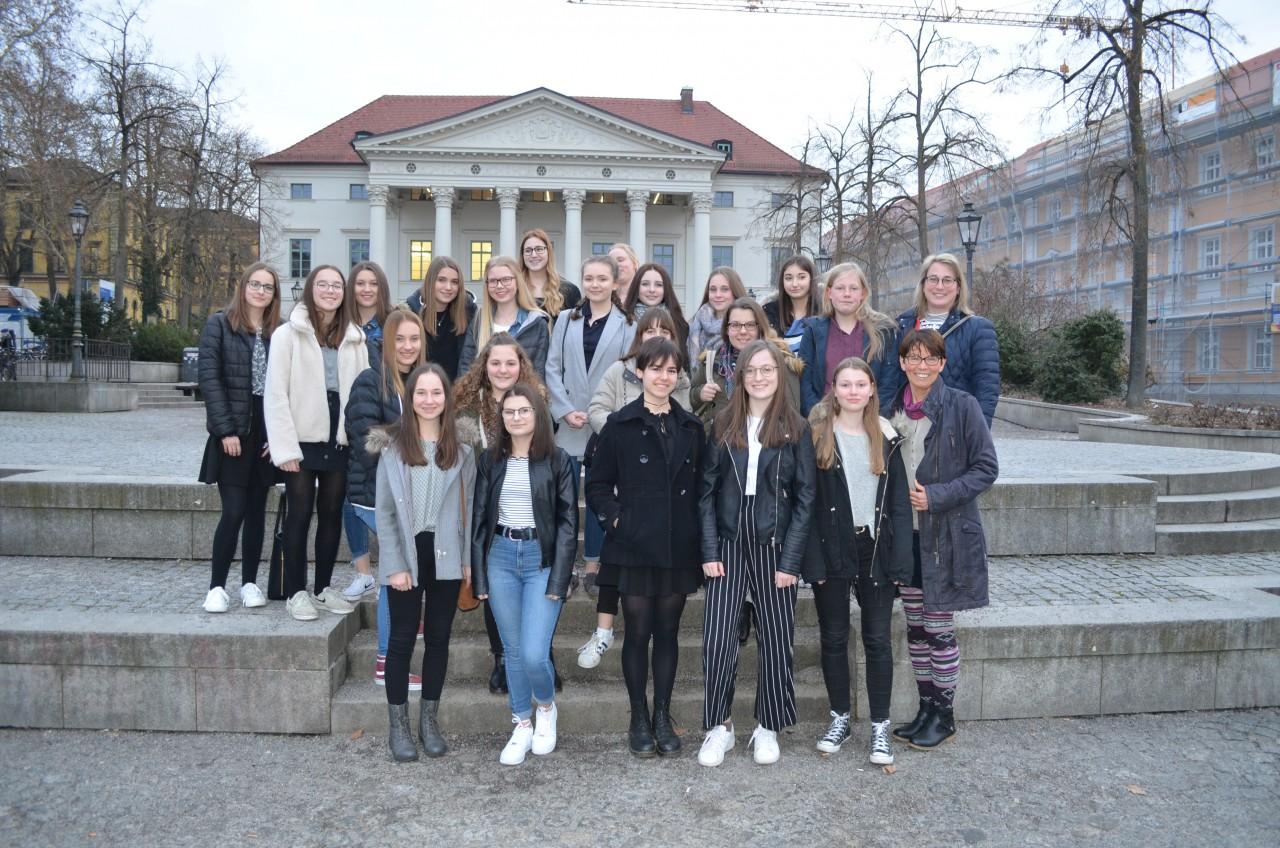 Schülerinnen besuchen barocken Tanzabend in Regensburg